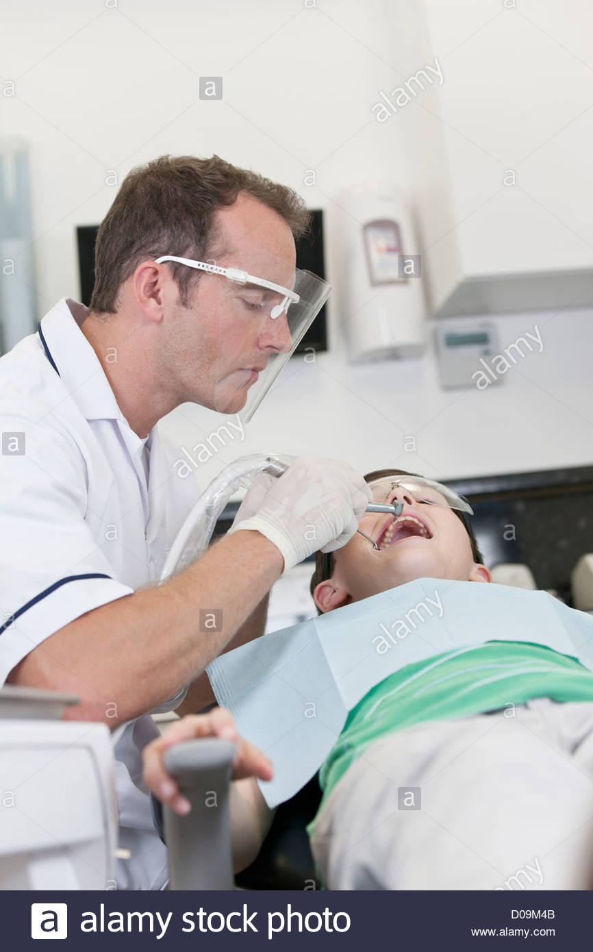 Ein kleiner junge Patienten mit Zahnbehandlung Stockbild