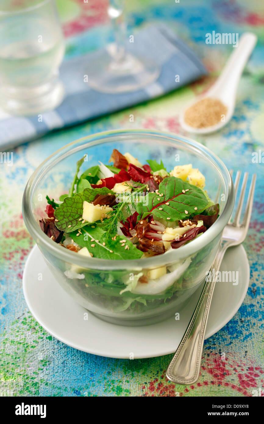 Salat mit Apfel und Termine. Rezept zur Verfügung. Stockbild