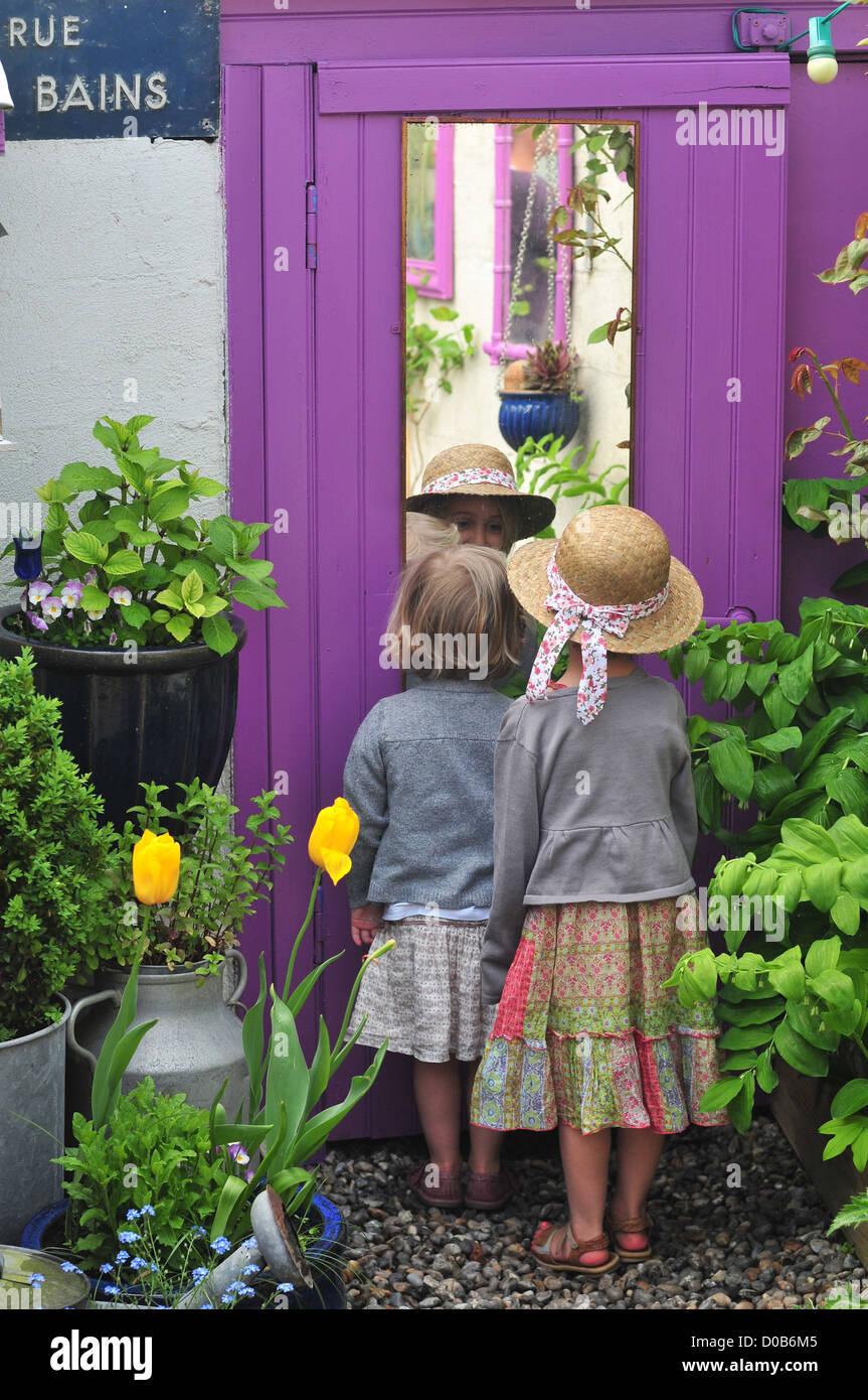 Spiegel Im Garten kleines mädchen blick auf sich selbst in einem spiegel im garten