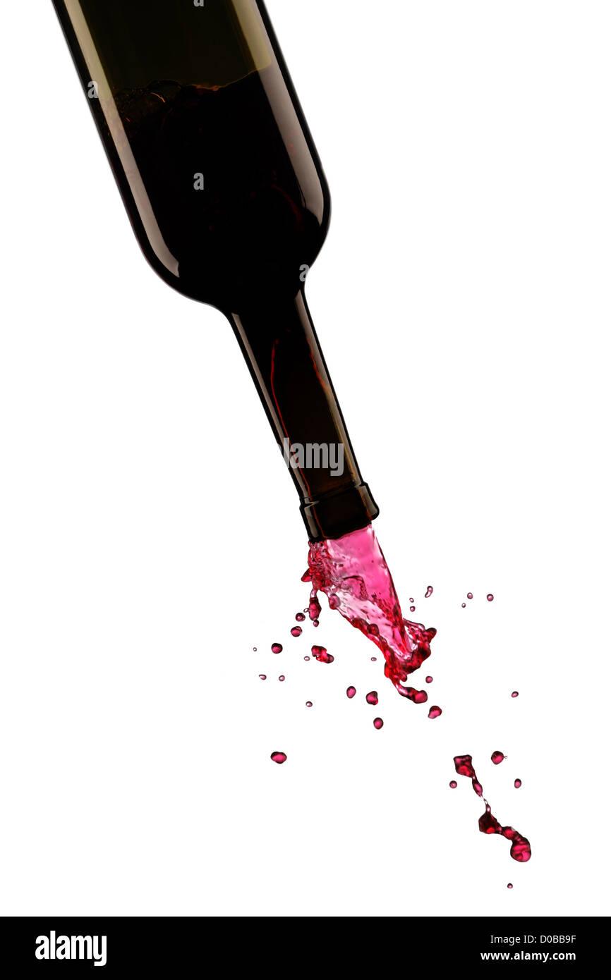 Fließende Wein aus einer Flasche Stockbild