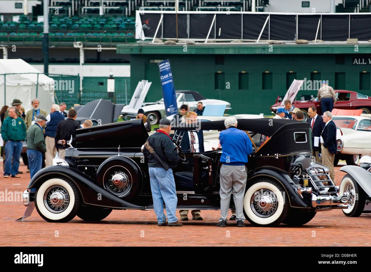 Besucher 2012 Concours d ' Elegance Prüfung ein Vintage Packard 12 Automobil in Churchill Downs in Louisville, Stockbild