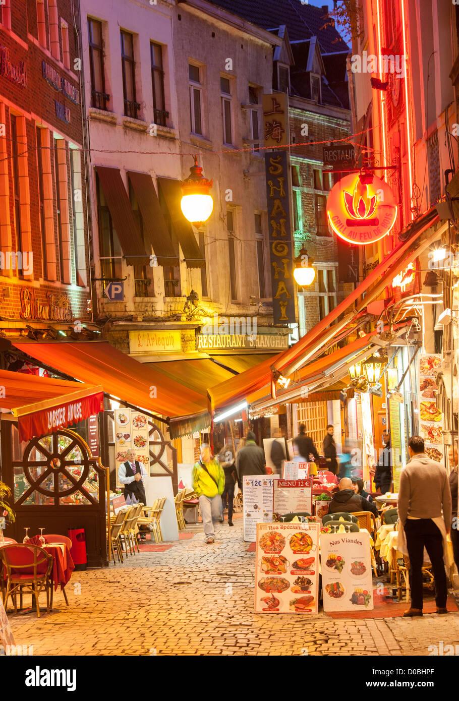 Brüssel Rue des Bouchers Touristenrestaurants. Kellner warten nur wenige Kunden. Beheizte freien Bereichsmenüs Stockbild