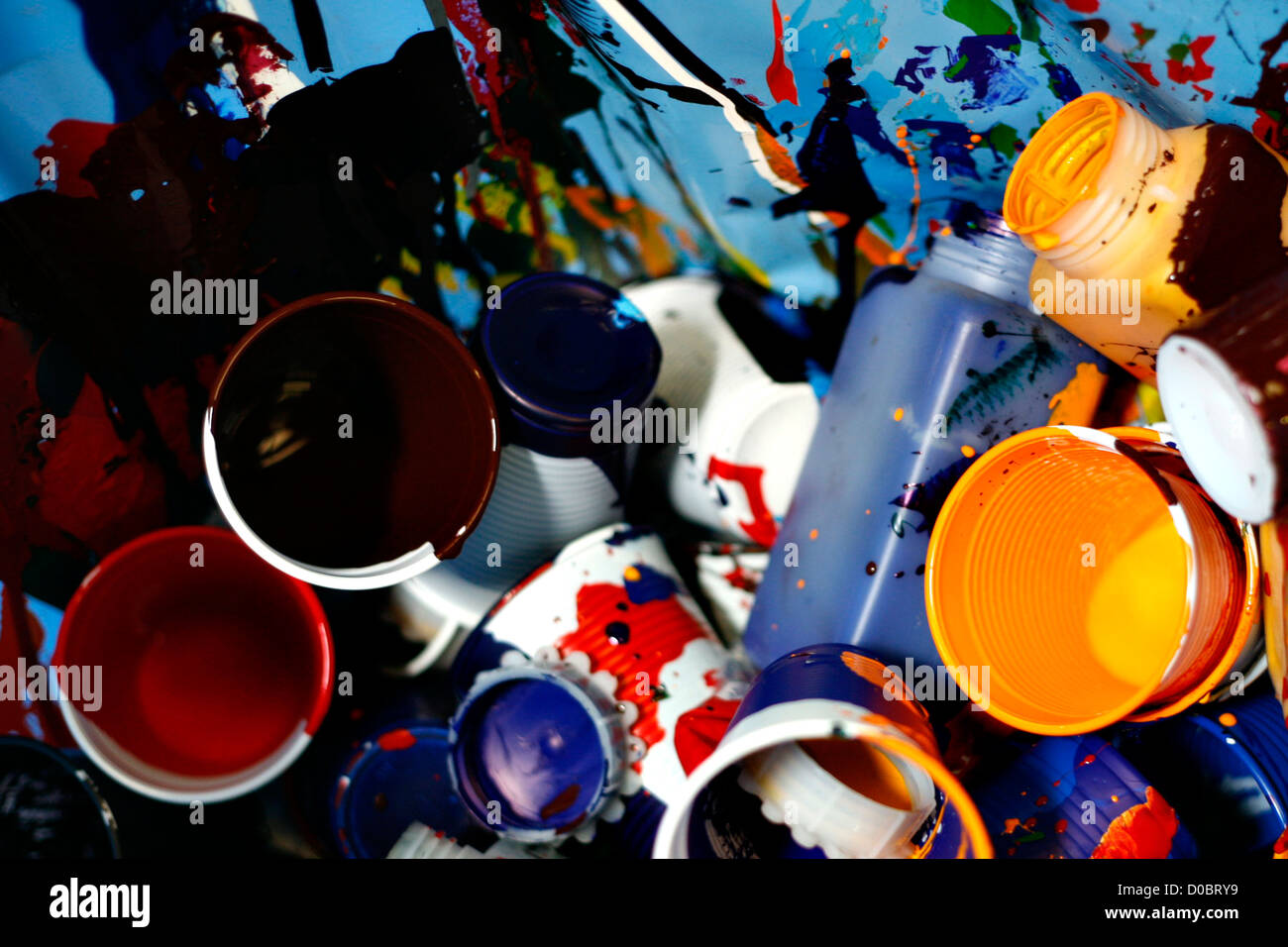 Kunststoff Glassess mit Farbenfarbe Stockbild