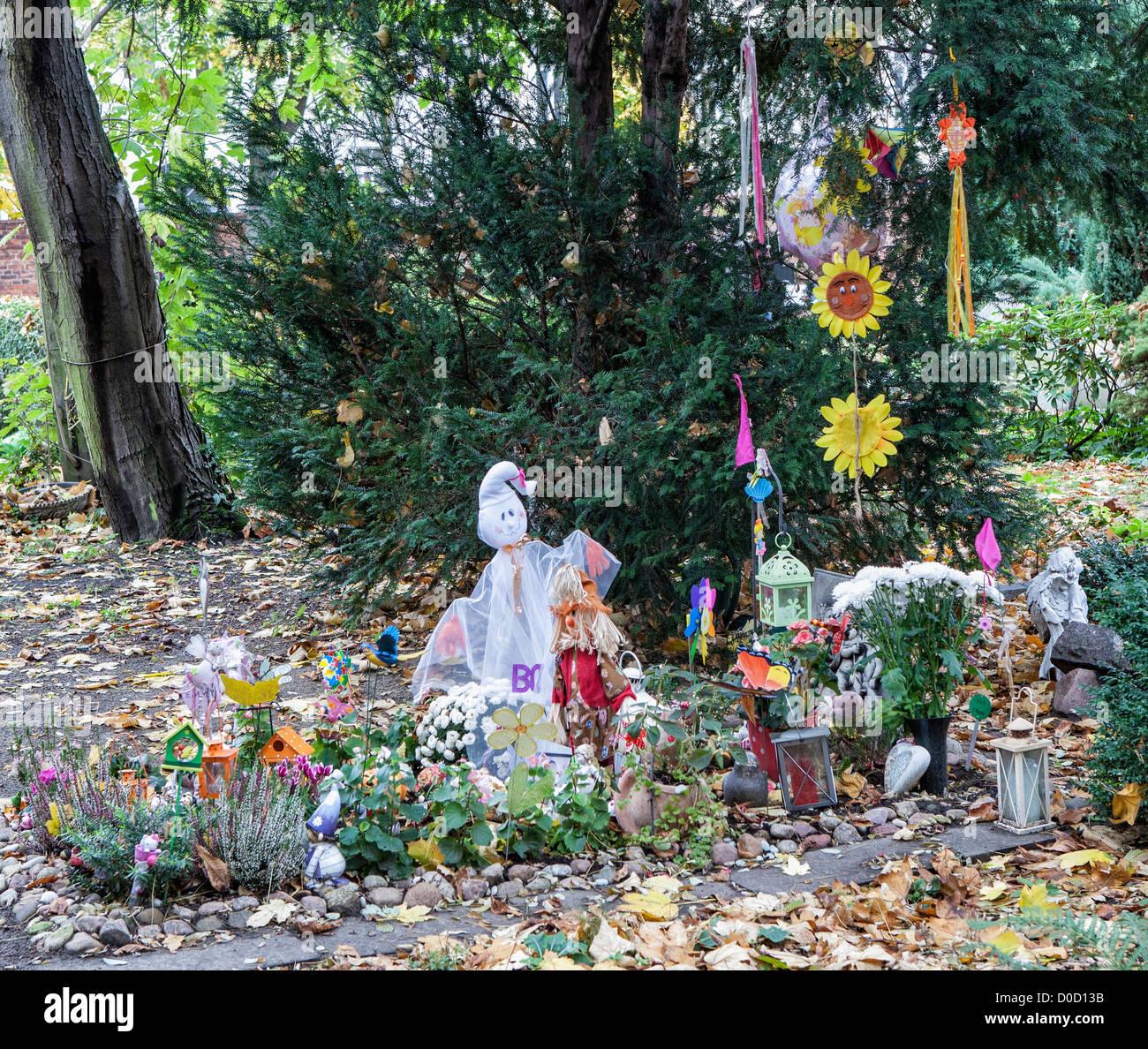 Einem liebevoll gepflegten Grab auf dem Friedhof der Sophien-Gemeinde, Mitte, Berlin Stockfoto