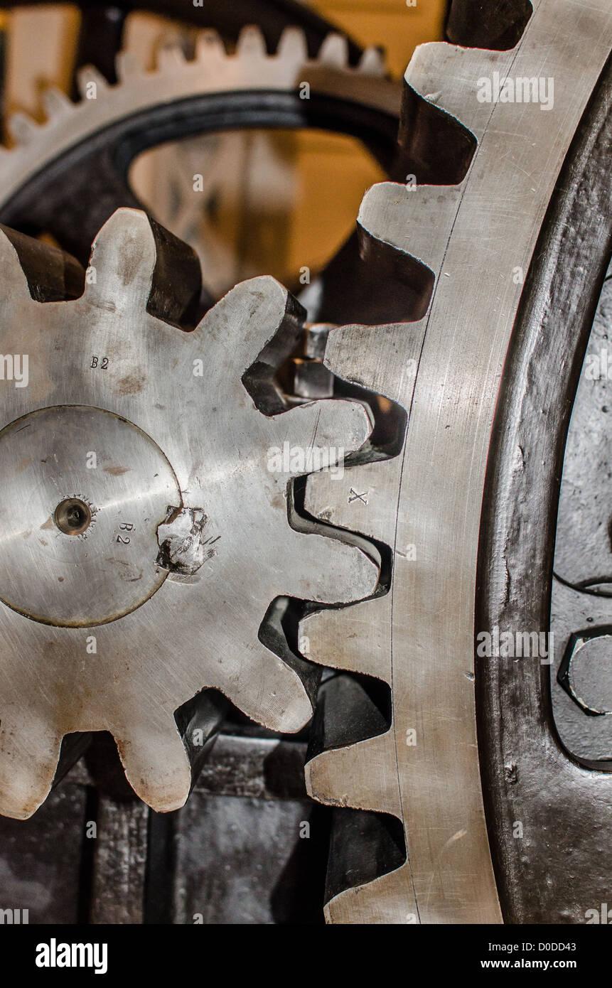 Ursache und Wirkung - verzahnt einige Stahl Zahnräder gemeinsam bewegen Stockbild