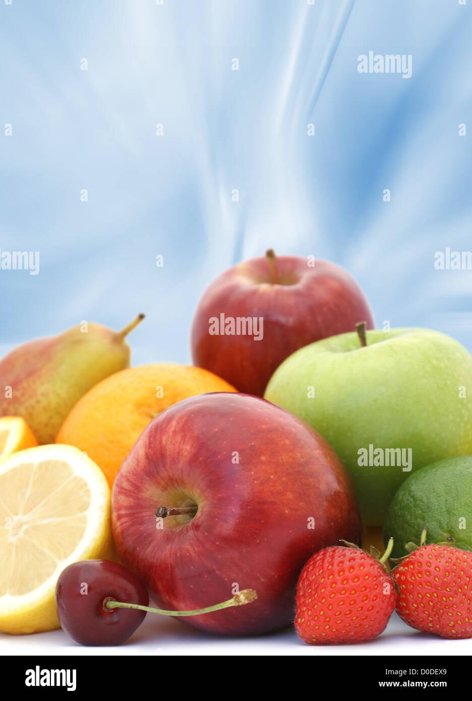 Display mit frischem Obst auf abstrakte blauem Hintergrund Stockbild