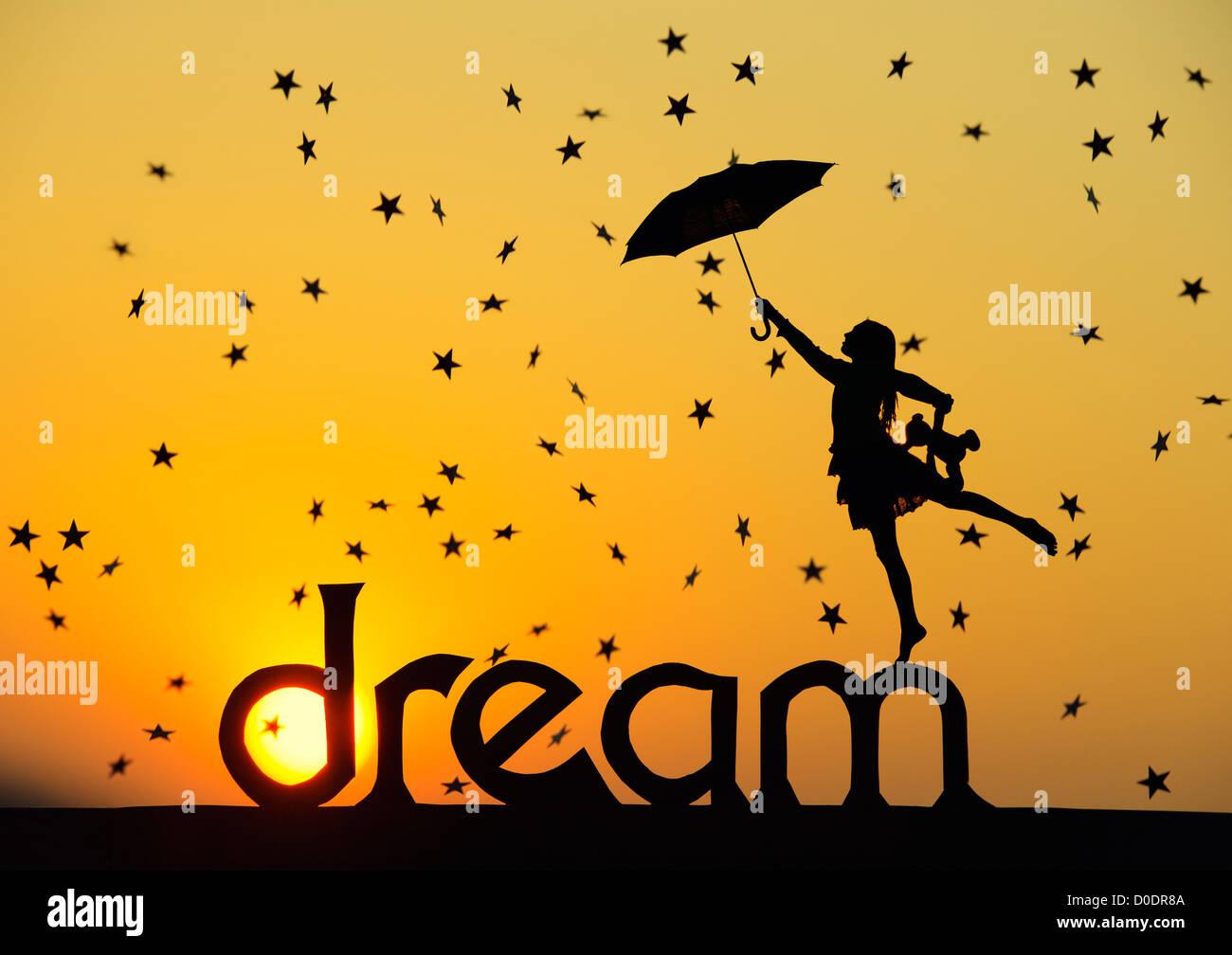Silhouette-Mädchen mit Teddybär und Sonnenschirm am Traum Wort mit Sternschnuppen bei Sonnenuntergang. Stockbild