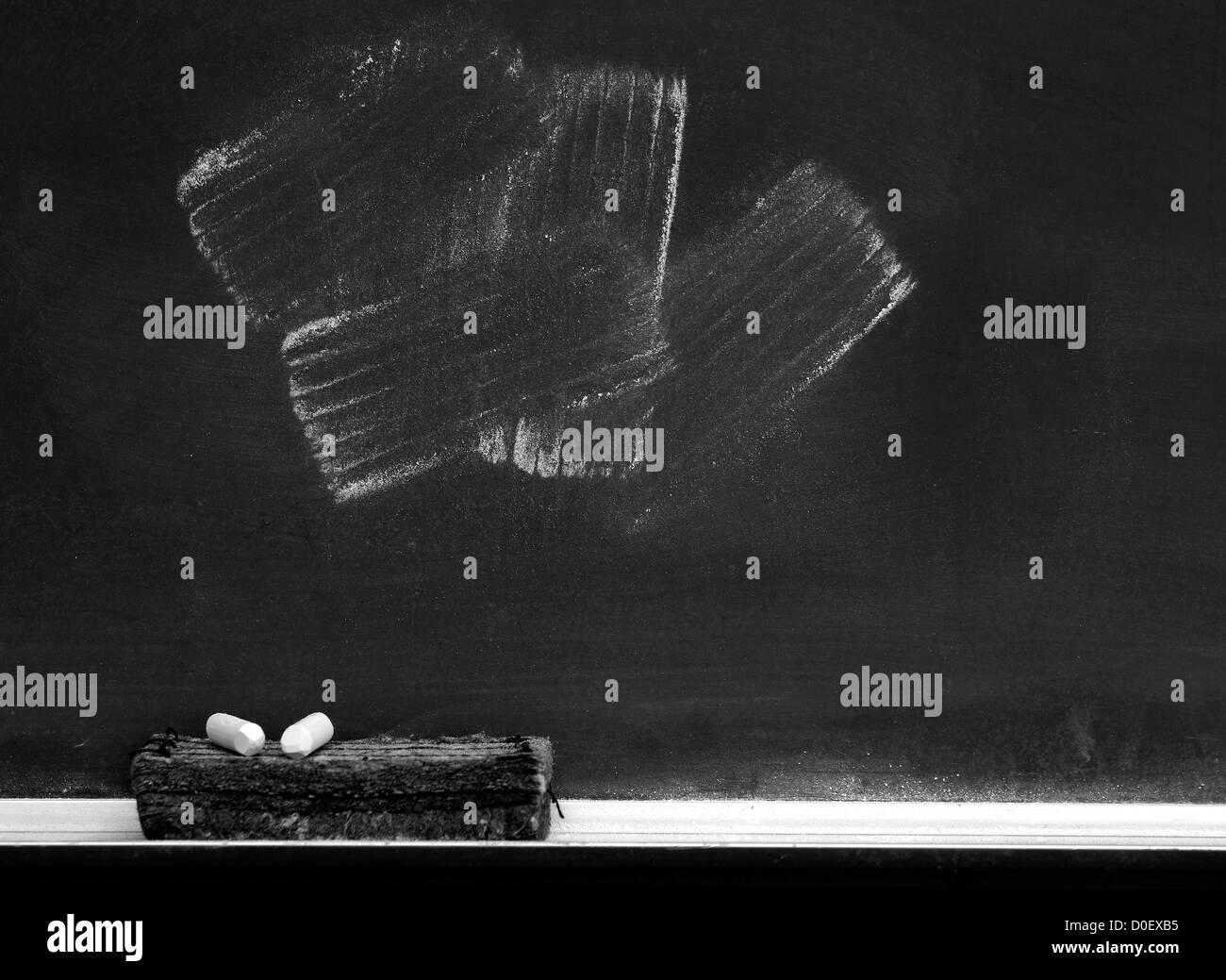 Tafel mit Radiergummi Kreidestriche in weißer Kreide Stockbild
