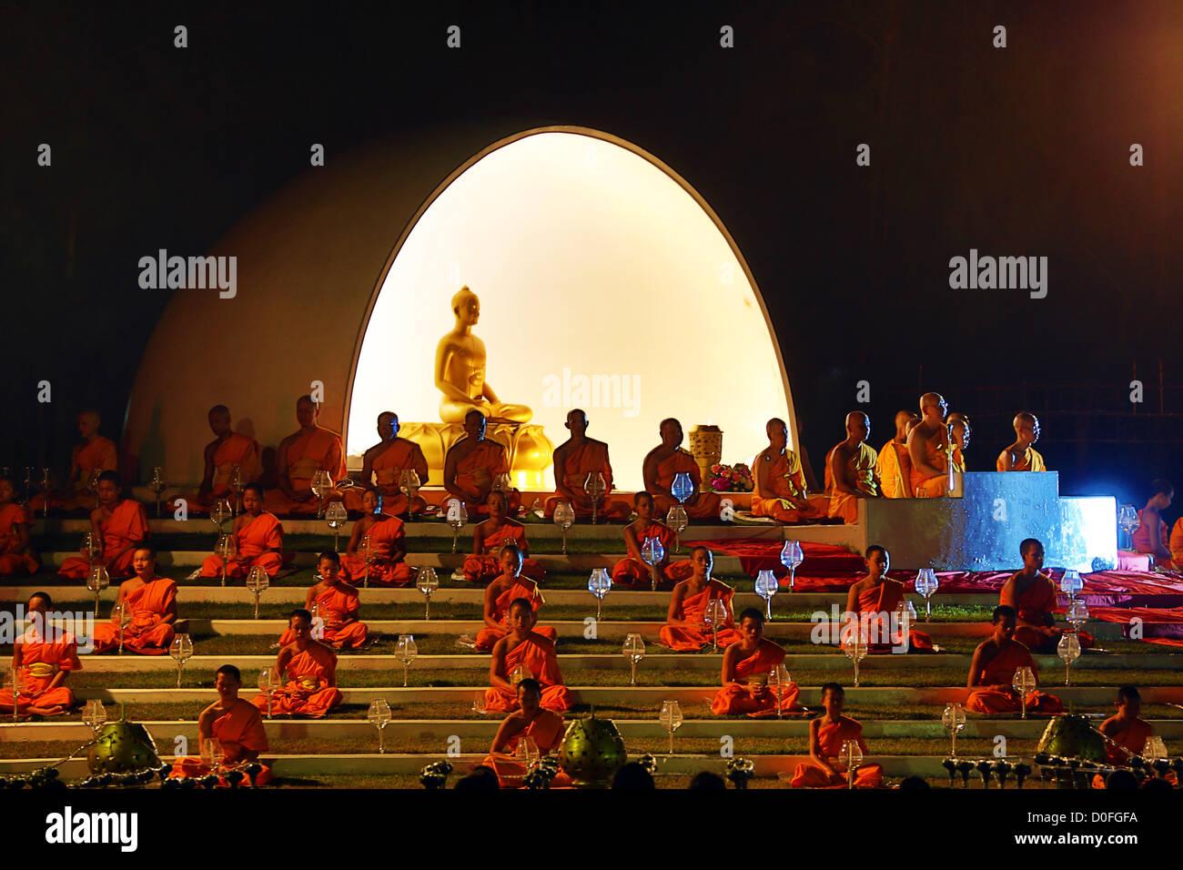 Chiang Mai, Thailand. 24. November 2012. Yee Peng Odds schwimmende Laterne Zeremonie Teil der Loy Kratong Feierlichkeiten Stockfoto