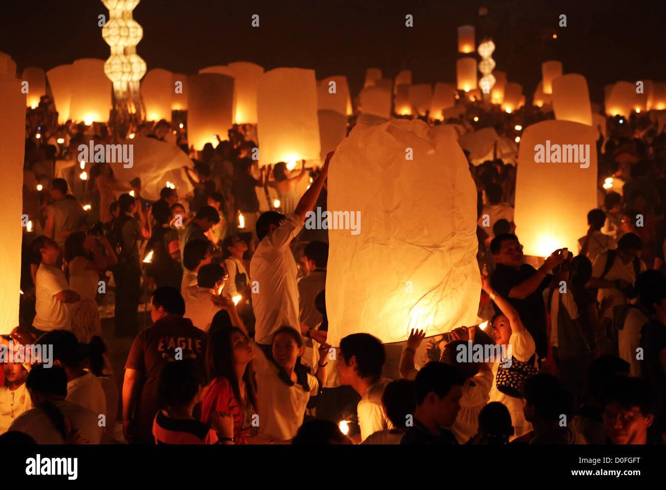 Chiang Mai, Thailand. 24. November 2012. Khom Loy Laternen an der Yee Peng Odds schwimmende Laterne Zeremonie Teil Stockfoto