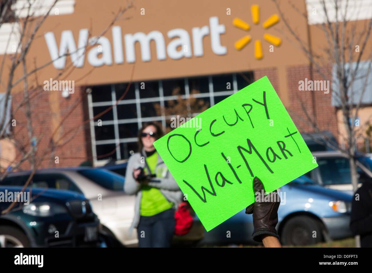 Demonstranten protestieren gegen die Arbeitsbedingungen bei Walmart. Stockbild
