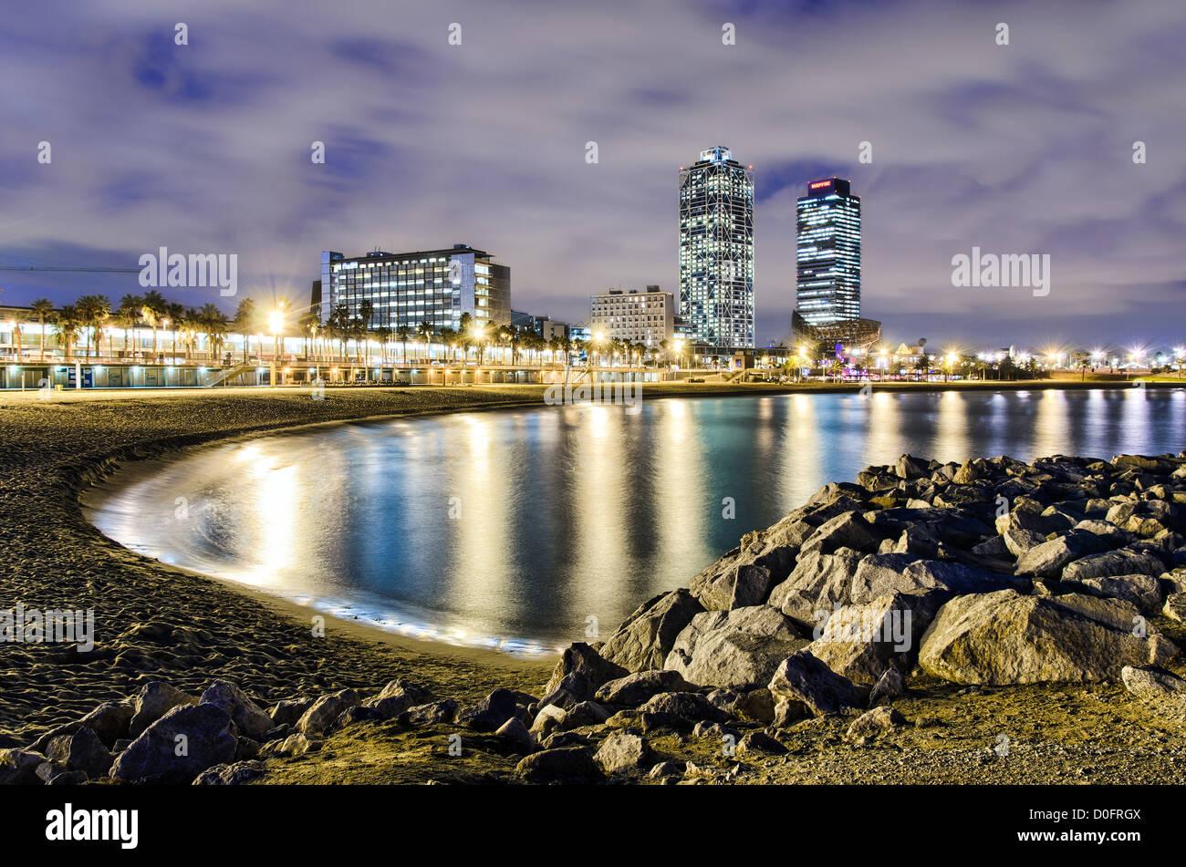Küste von Barcelona in der Nacht mit Blick auf die Türme des Hotels, Spanien Stockfoto