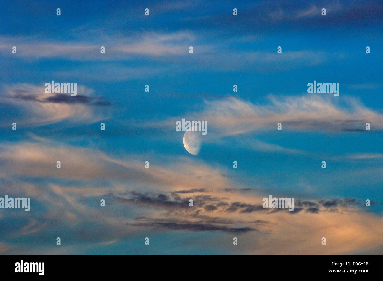 Half Moon von der Mitternacht-Sonne beleuchtet Stockbild
