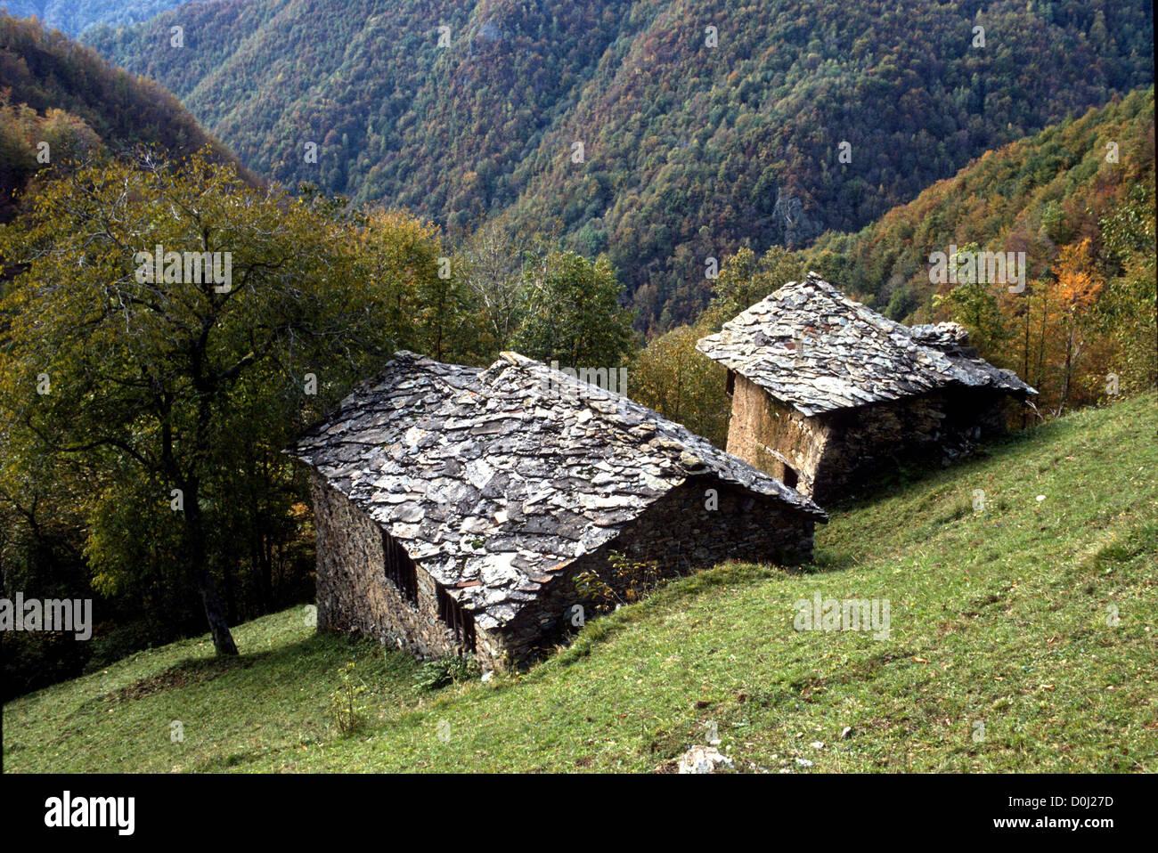 CHARAKTERISTISCHEN STEIN BERG HOMESTEAD - PIEMONT - ITALIEN Stockbild
