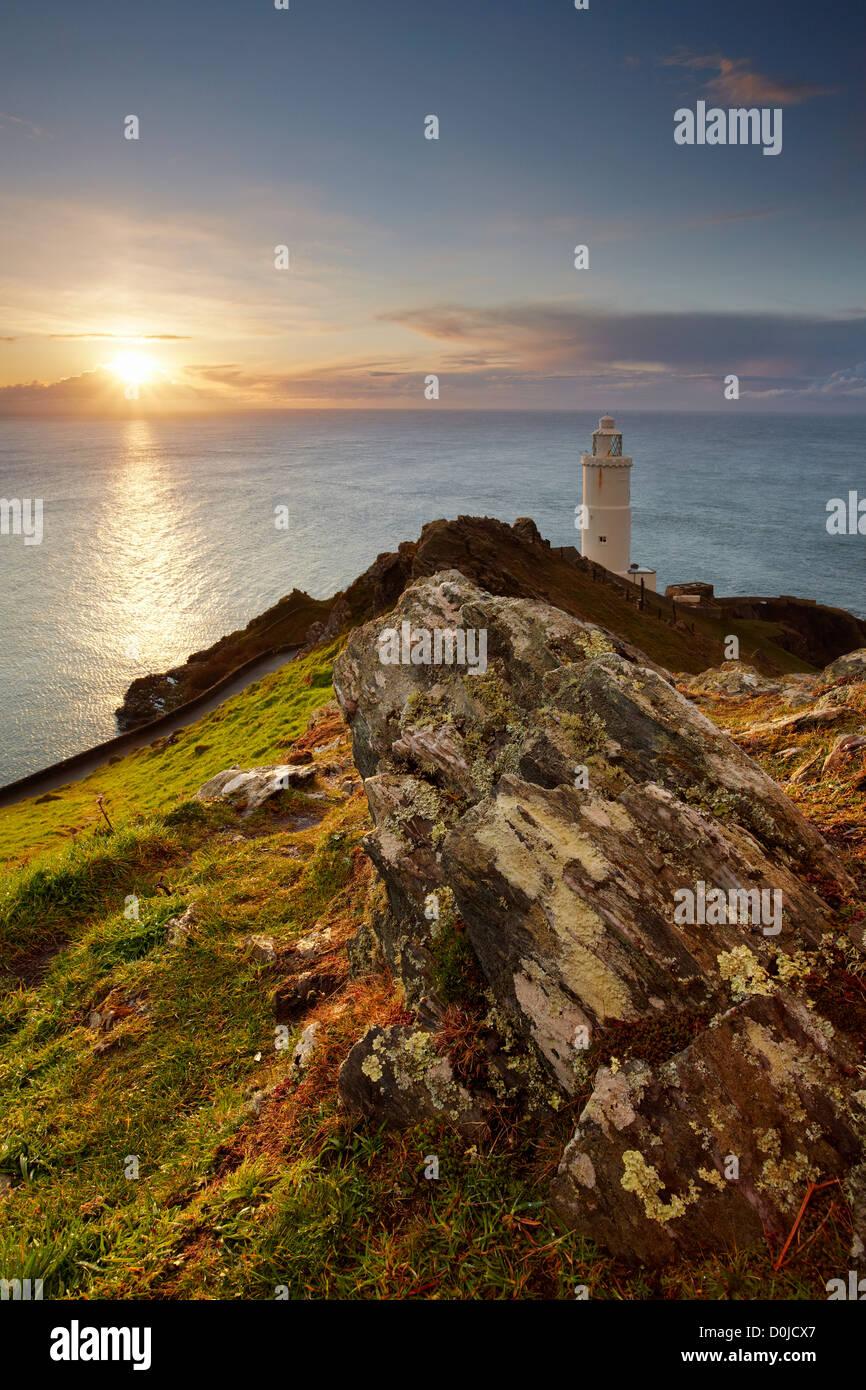 Sonnenaufgang über dem Start-Bucht und der Leuchtturm an der Küste von South Devon. Stockbild