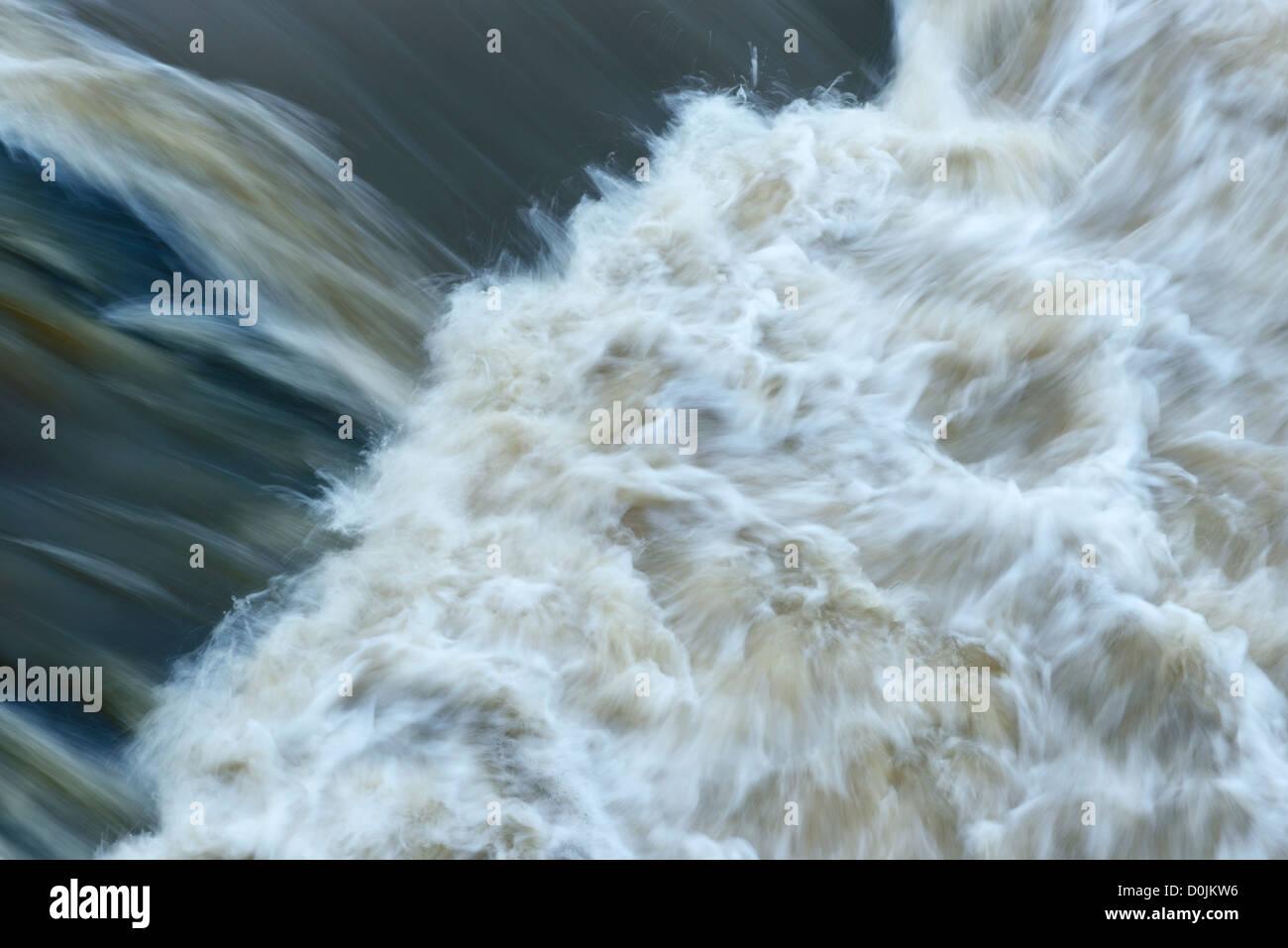 Wasser fließt über das Wehr in Chester UK Stockbild