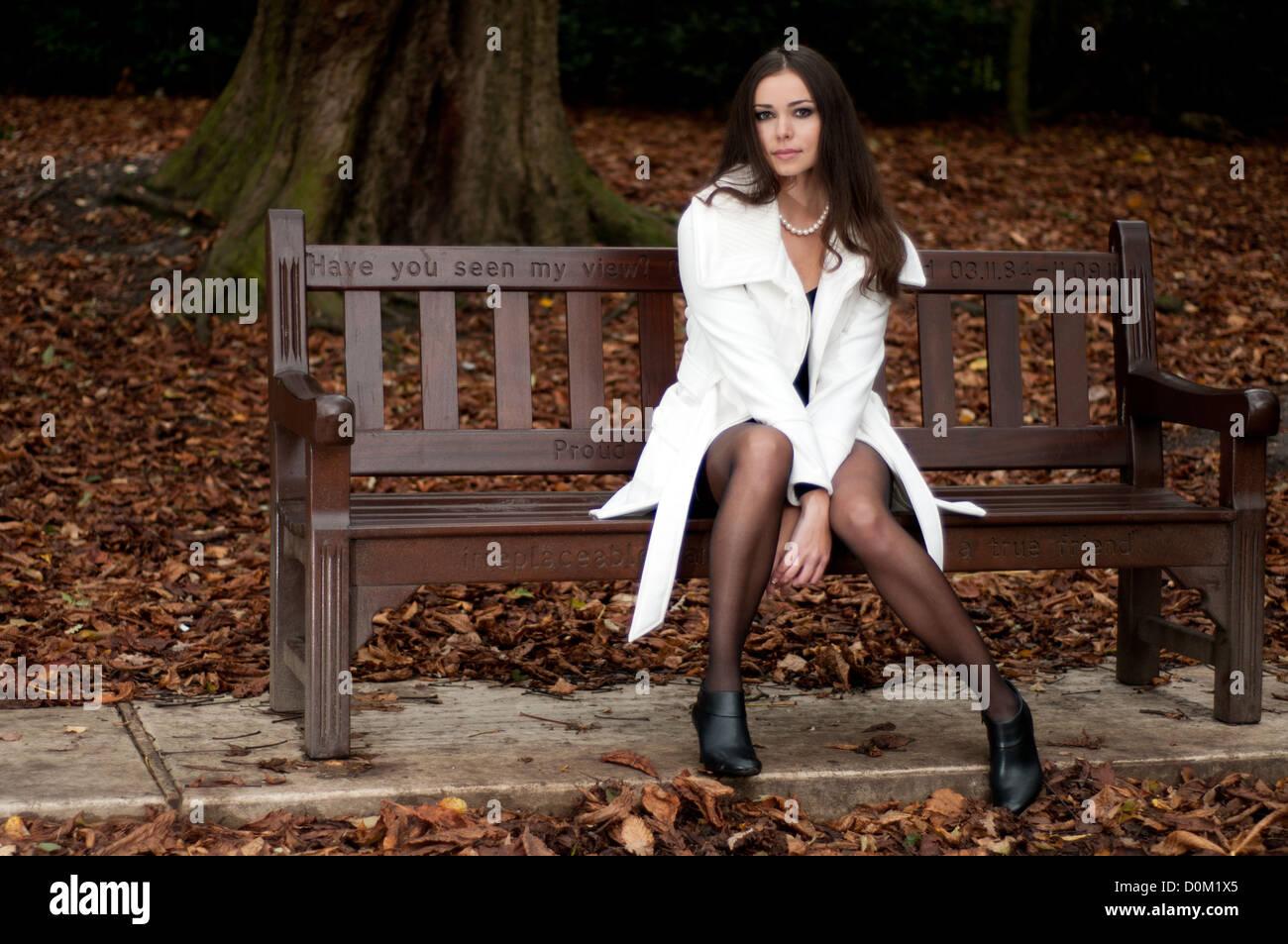 Junge Elegante Brunette Modell Das Im Herbst Mode Modellierung Ist