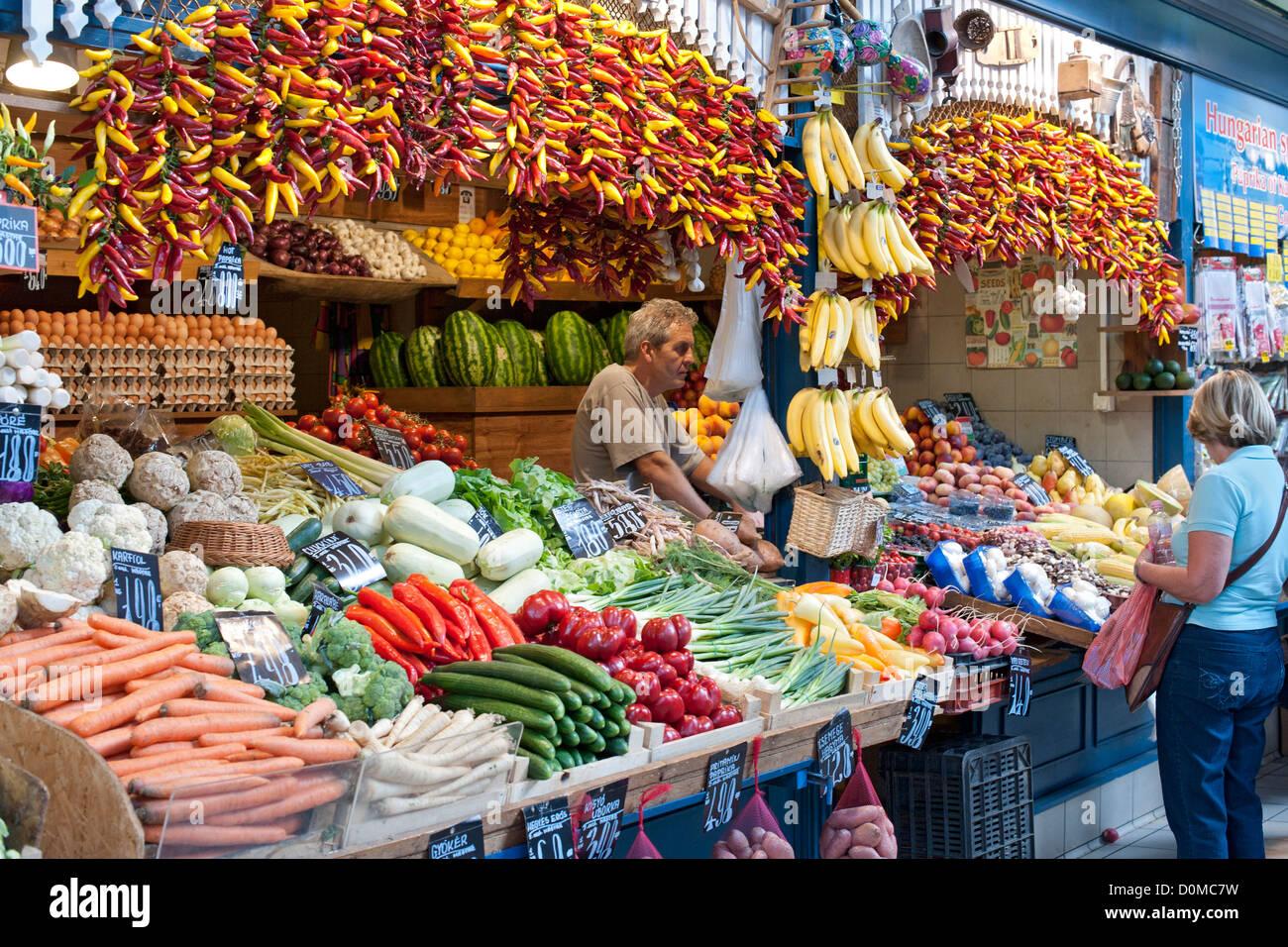 Frische Produkte für den Verkauf in der großen Markthalle (aka zentralen Markthalle) in Budapest, die Stockbild