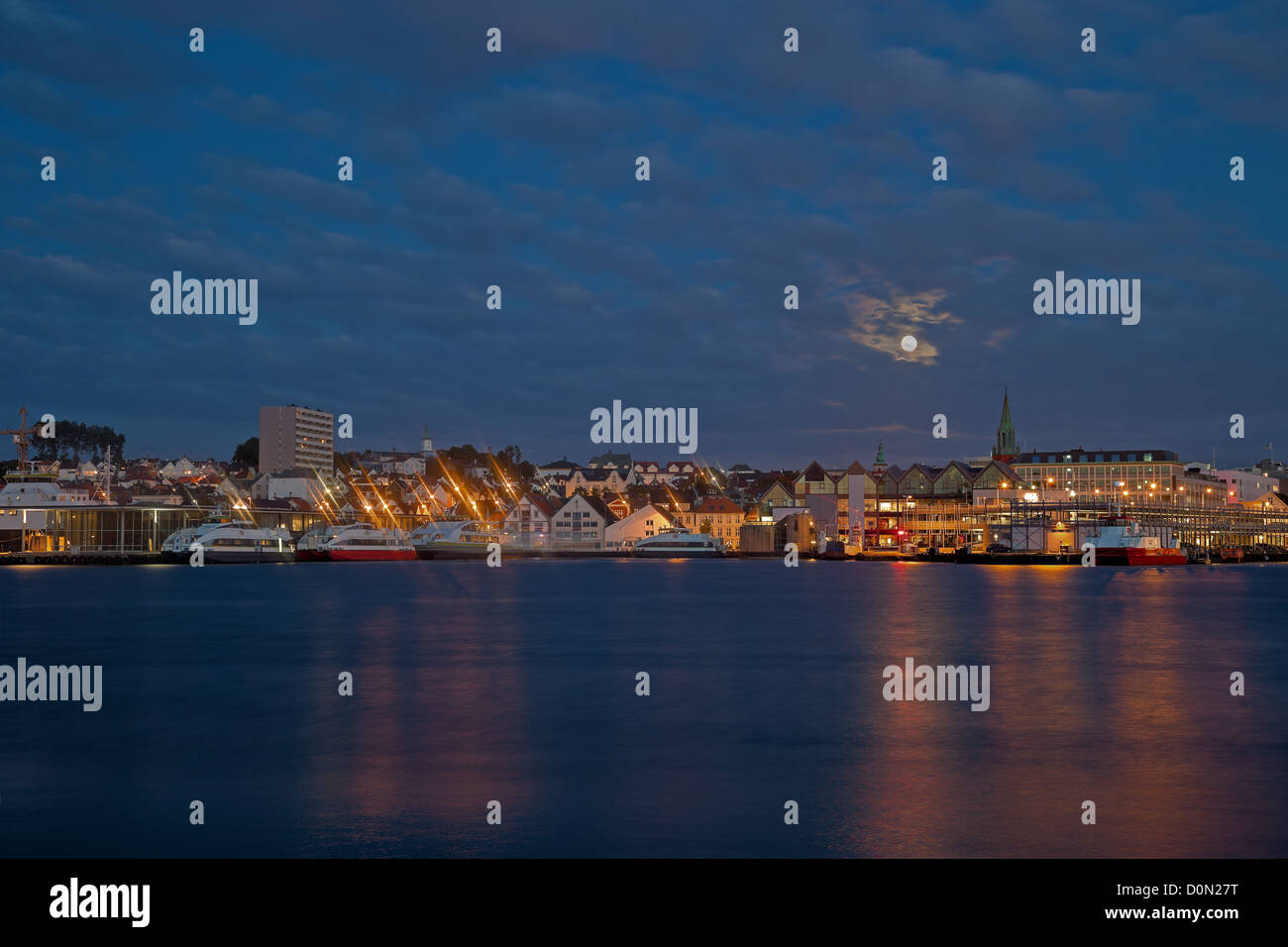 Nacht Panorama der Hafenstadt Stavanger, Norwegen. Stockfoto