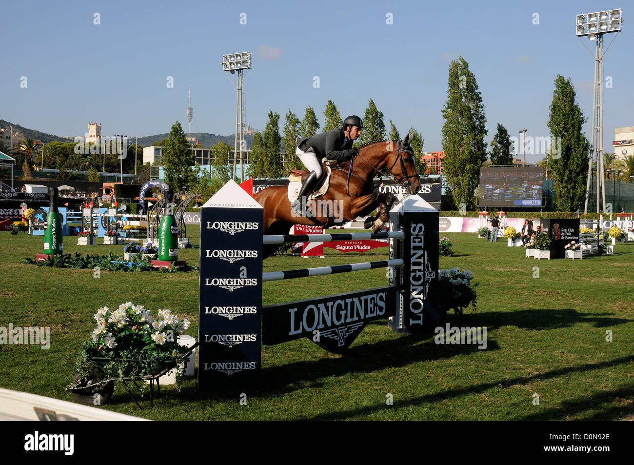 Pferd mit Reiter springen ein Hindernis beim CSIO, International Jumping Wettbewerb der Meisterschaft fand in Barcelona Stockbild