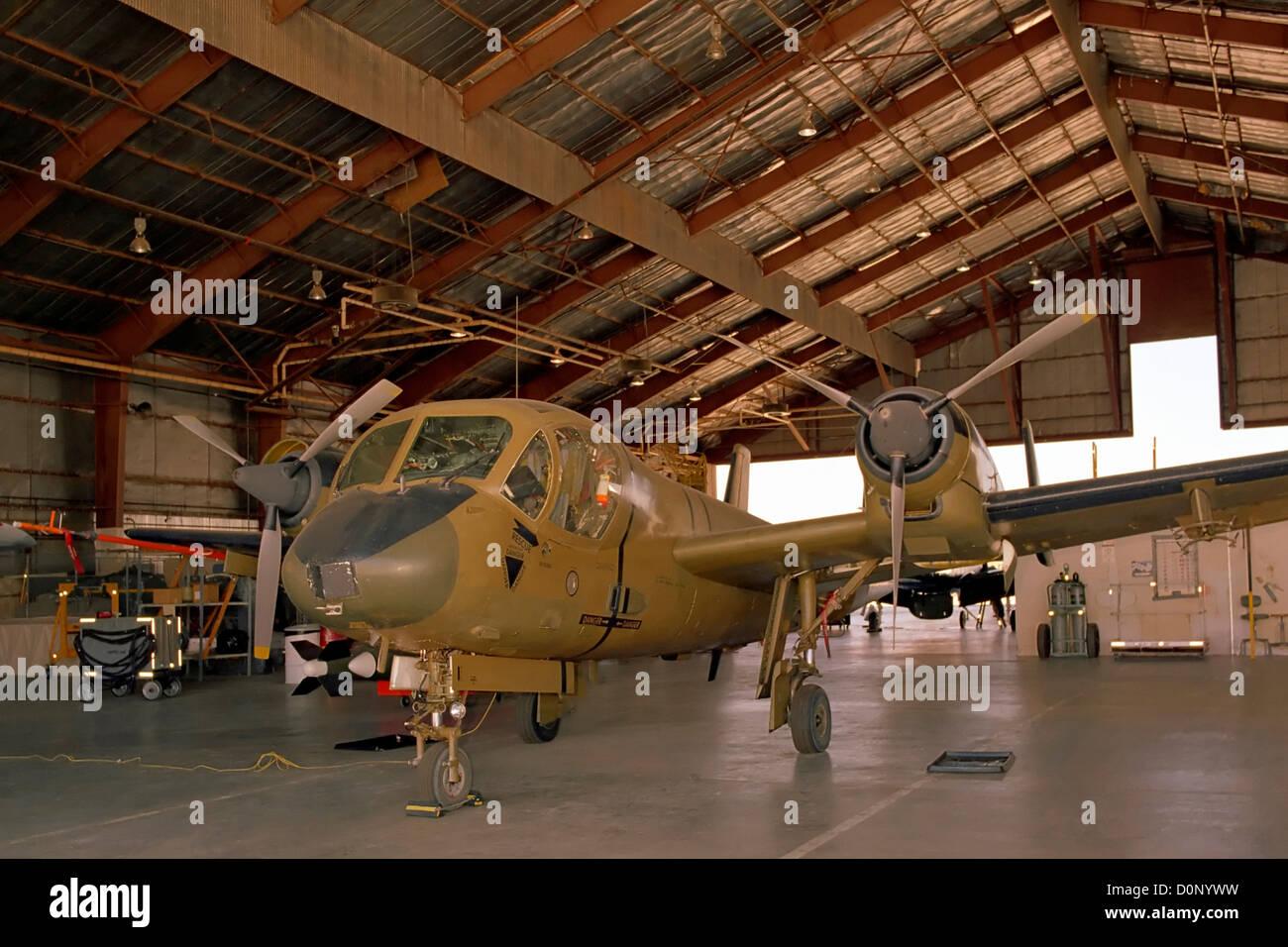 Grumman OV - 1C im Hanger Stockbild