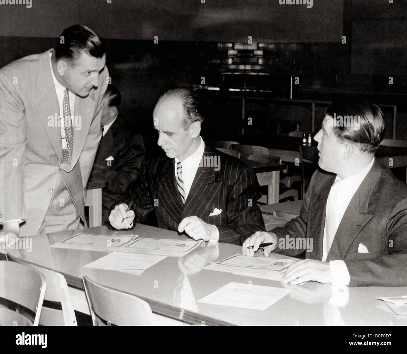 Dr. Wernher von Braun und Dr. Ernst Stuhlinger Zeichen Staatsbürgerschaft Zertifikate Stockfoto
