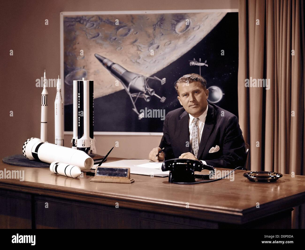 Wernher von Braun an seinem Schreibtisch Stockfoto