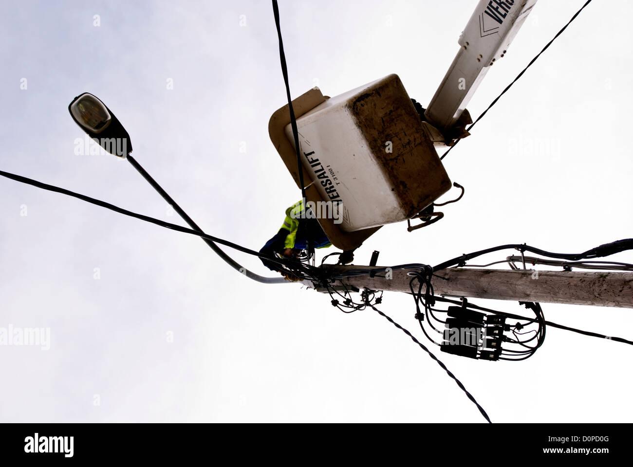 ESB Ingenieur Straßenbeleuchtung Verdrahtung auf einem Versalift ...