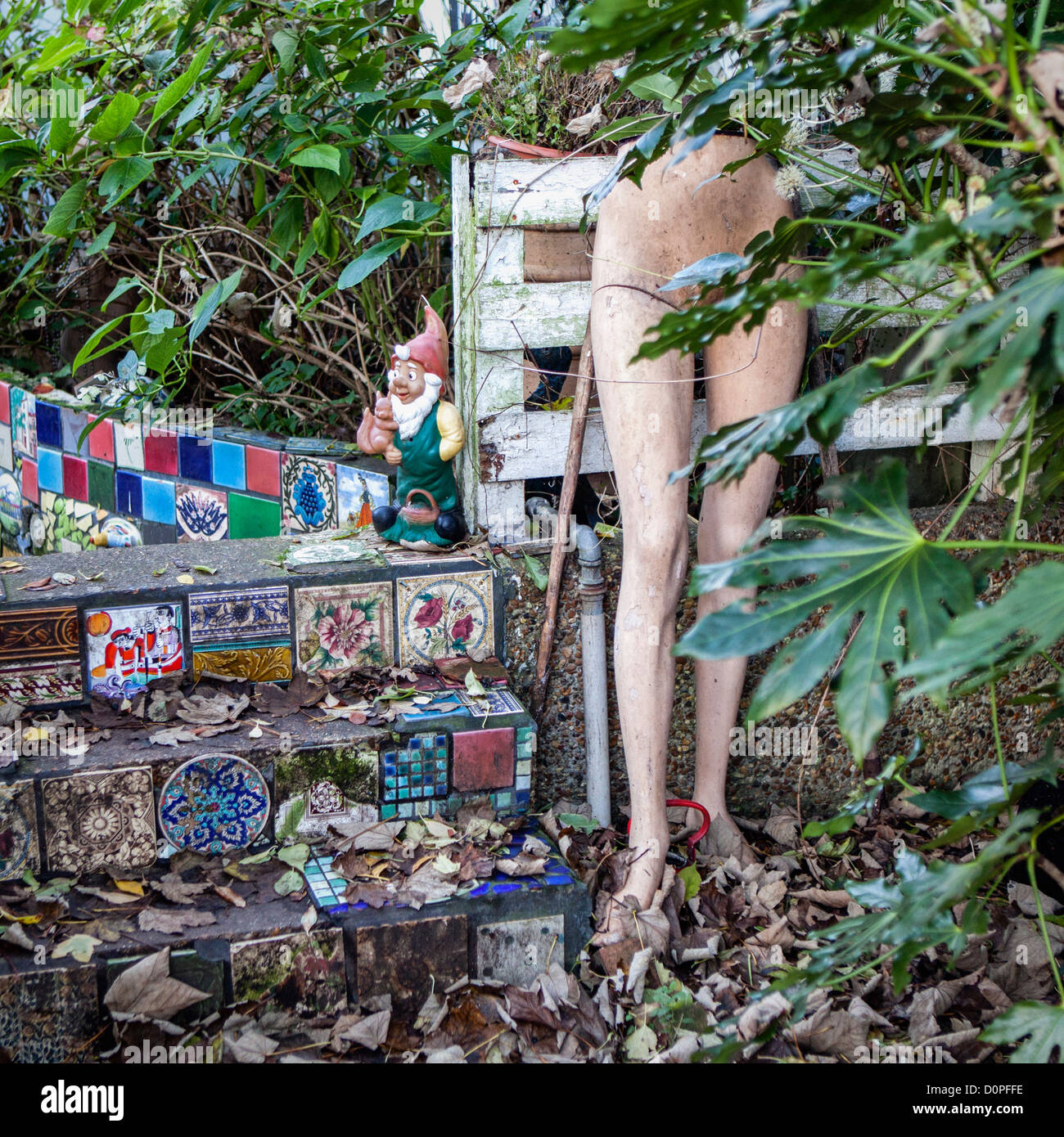 Skurrile Vorgarten eines Hauses am Eel Pie Insel, die Heimat von einer kreativen Community - Twickenham Stockbild