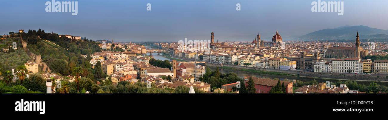 der Fluss Arno und Florenz von Piazzale Michelangelo, Florenz, Toskana, Italien Stockbild