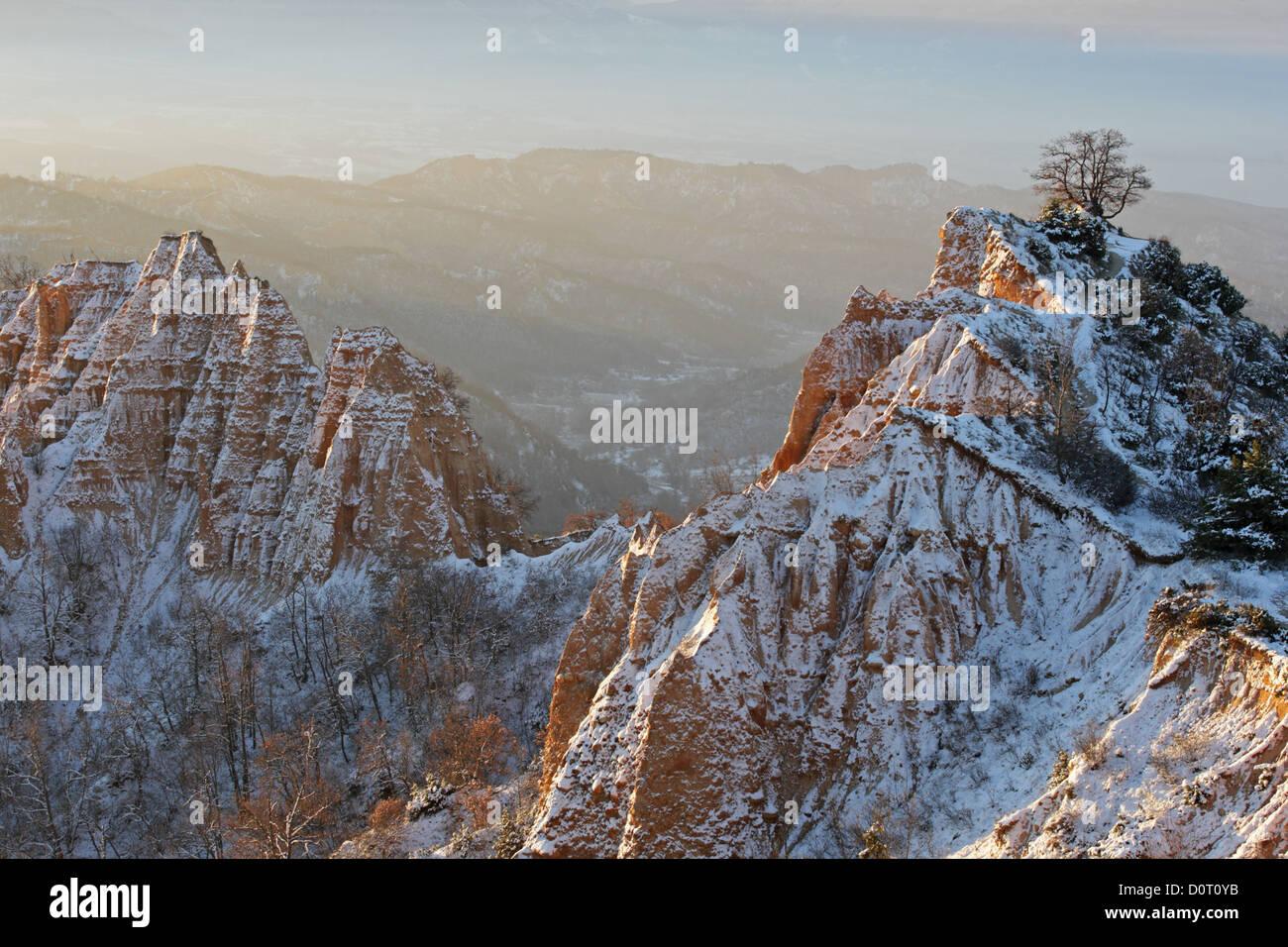 Winterlandschaft von Naturphänomen Pyramiden Sand in der Region von Melnik, Bulgarien Stockbild