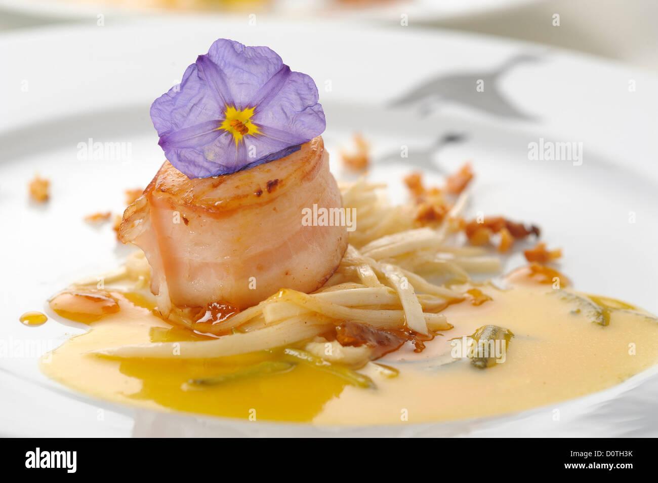 Gourmet-Küche - gebratene Jakobsmuscheln mit Speck Stockbild