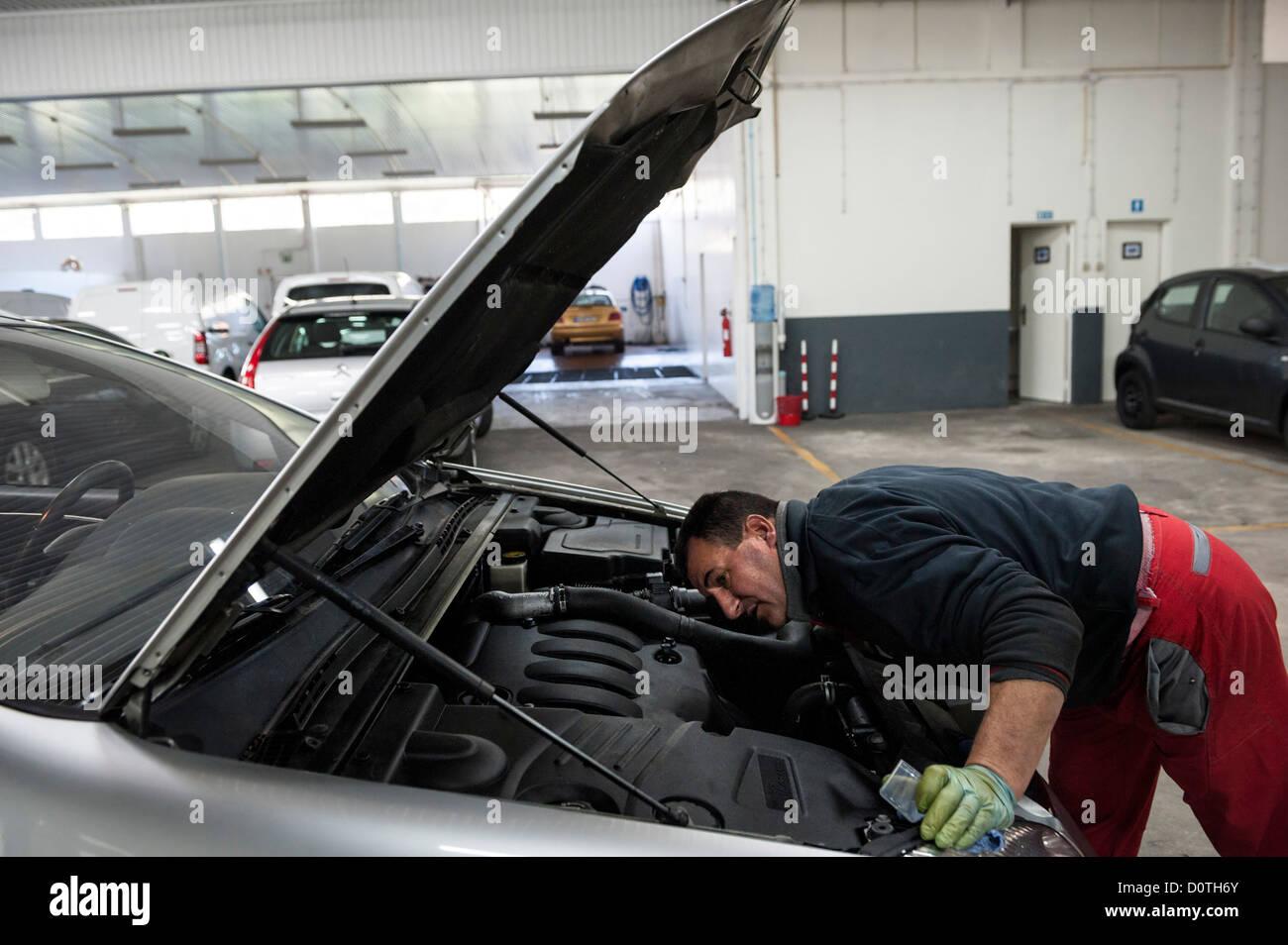 Kfz-Mechaniker prüfen Motor in Autowerkstatt Stockbild