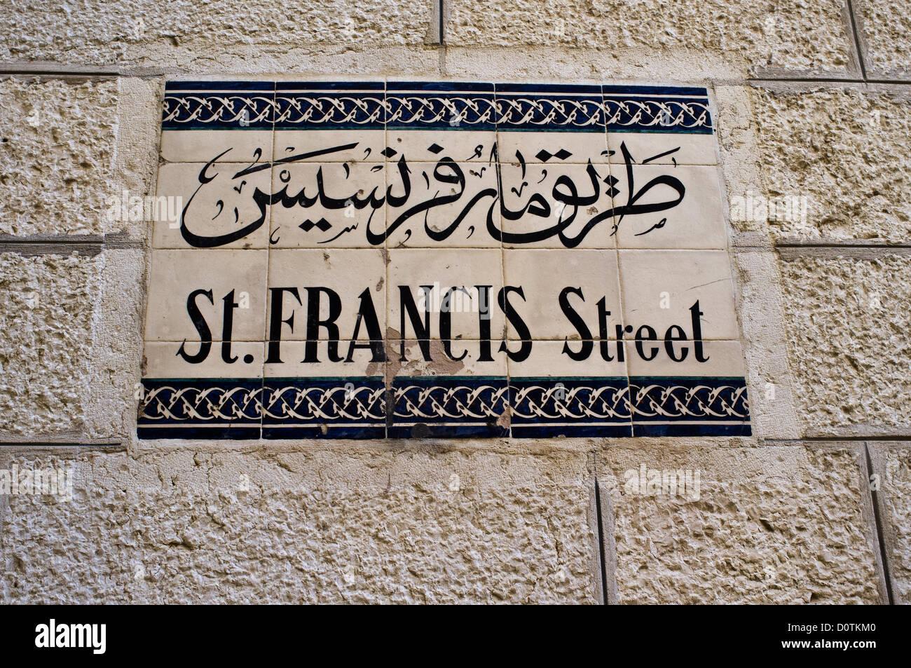 Jerusalem, Israel. 30. November 2012. Saint Francis Street Zeichen von Keramikfliesen ist eingebettet in die Steinwand. Stockbild