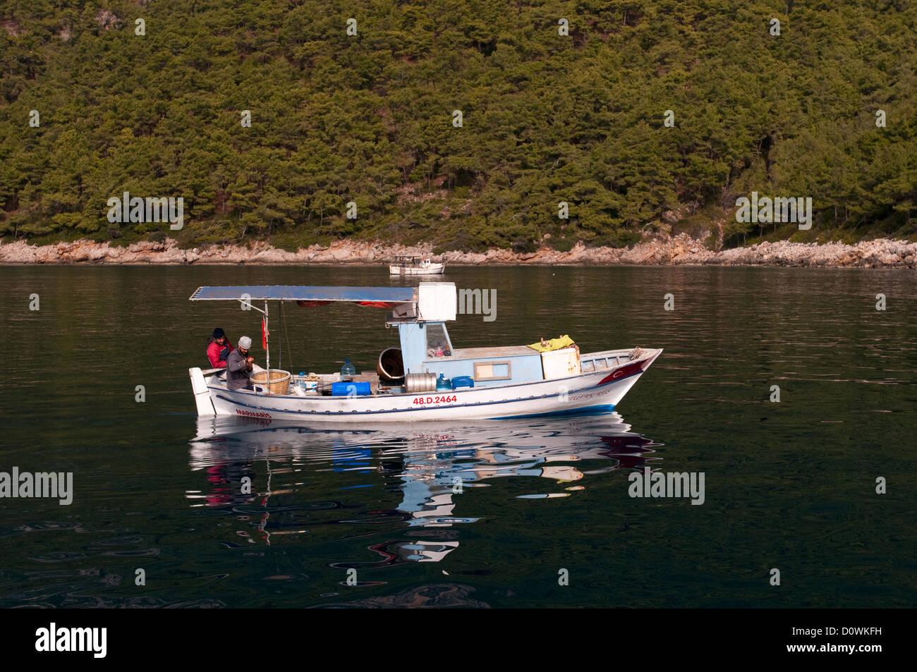 Handwerklichen Fischer schleppen Longline an Bord Bucht von Gökova ...