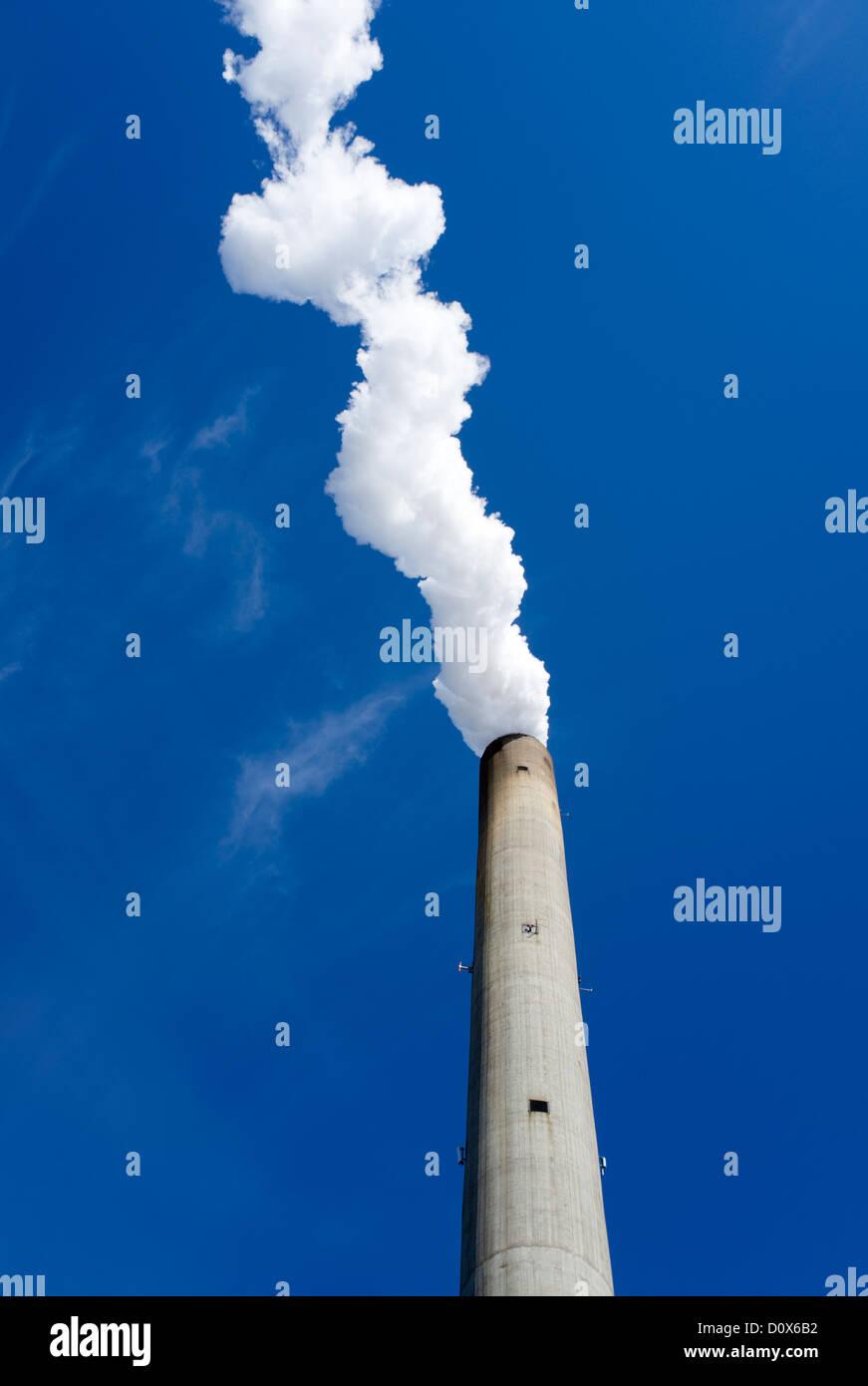 Wasserdampf aus der Schornstein des Kraftwerks Stockbild