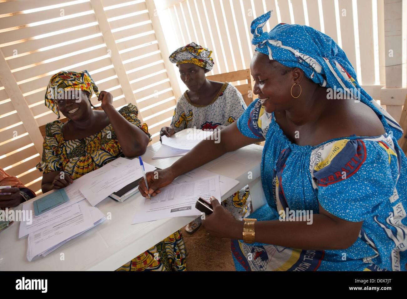 Eine Frau Anzeichen für eine Mikrofinanzierung Darlehen in Doba, Tschad, Afrika. Stockfoto