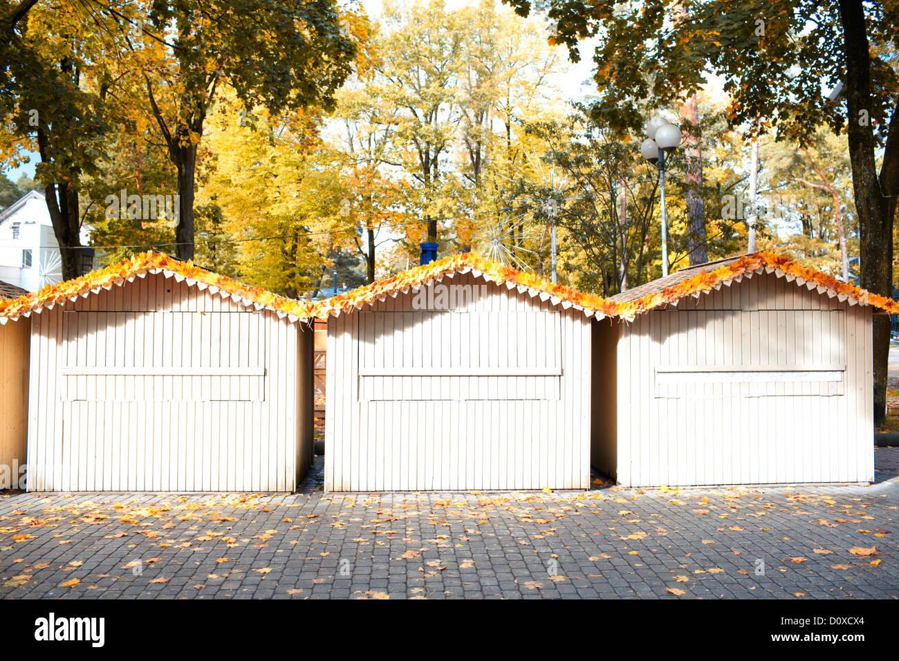 kleine holzhauser, drei kleine holzhäuser stockfoto, bild: 52211996 - alamy, Design ideen