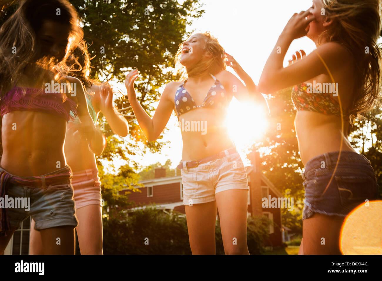 Mädchen tanzen im Garten Stockfoto