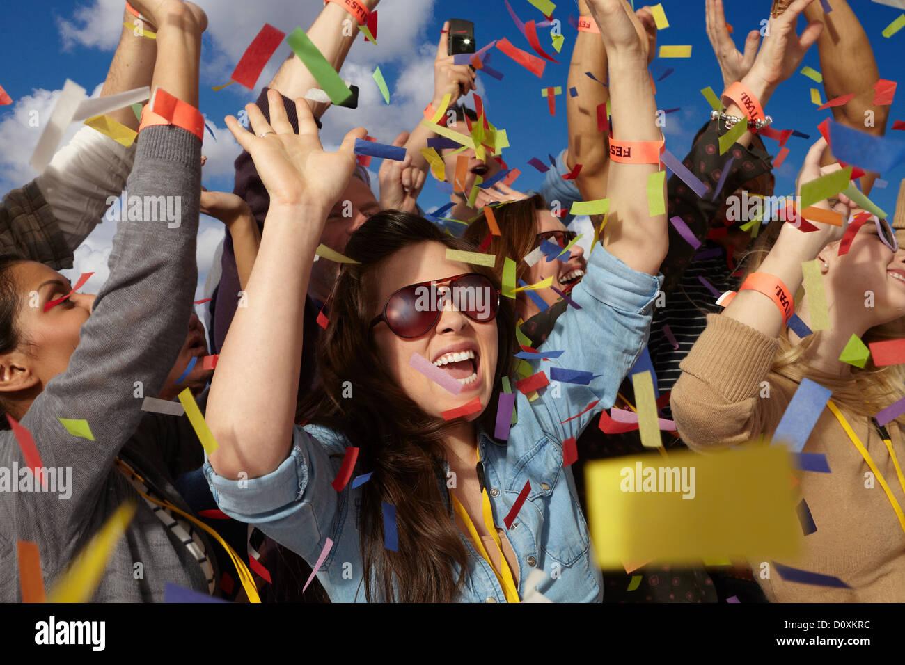 Menschen jubeln auf einem Musikfestival Stockbild