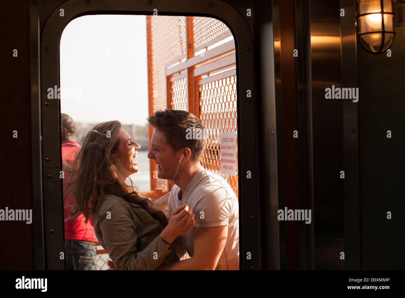 Junges Paar auf einer Fähre Stockbild