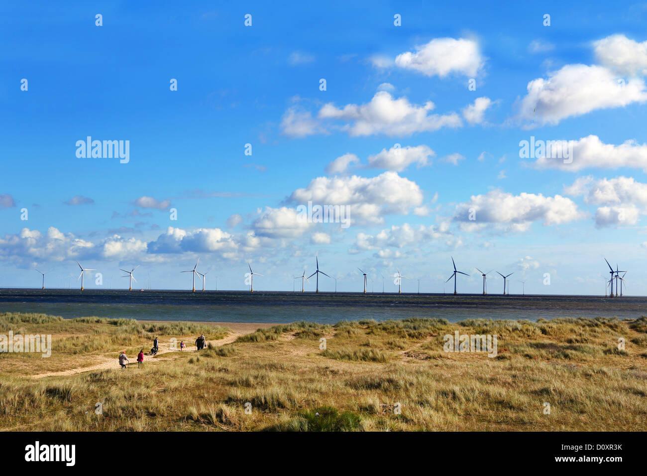 Ein Windpark an der Küste von Lowestoft in Norfolk. Stockbild