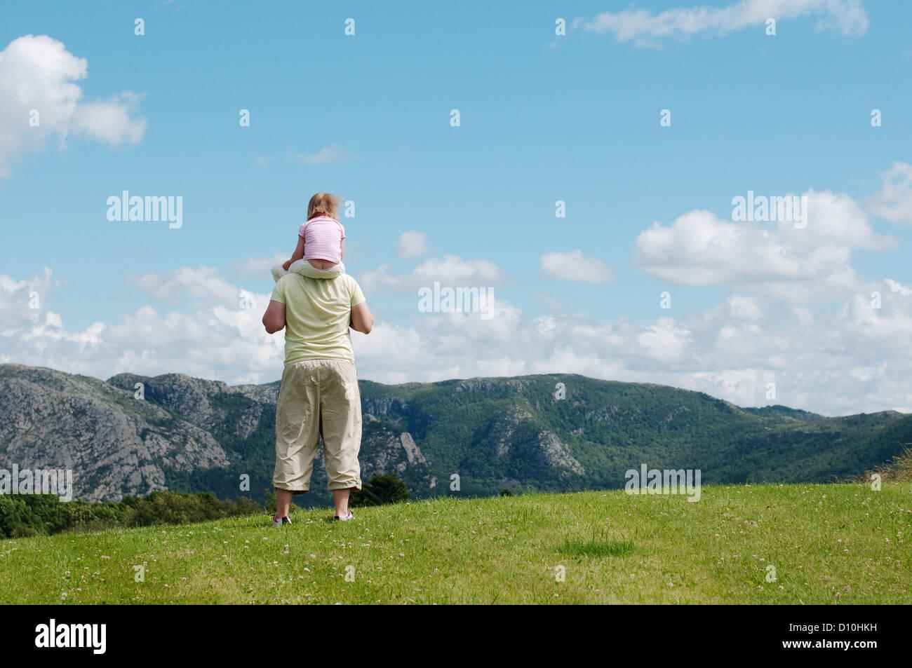 Vater Holding Kind auf Schultern Blick auf Berge Stockbild