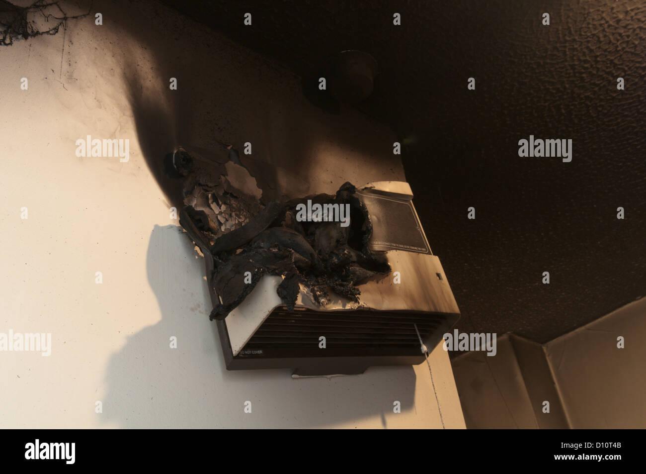 Feuer-Schaden von ausgebrannten Heizlüfter im Bad. Ruß über Decke im ...