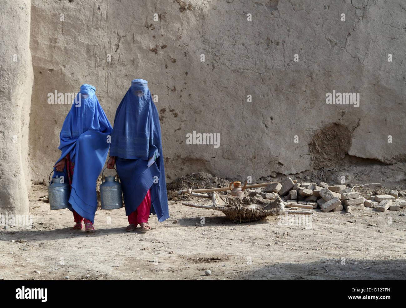 afghanische frauen tragen traditionelle ganzk rper f r. Black Bedroom Furniture Sets. Home Design Ideas