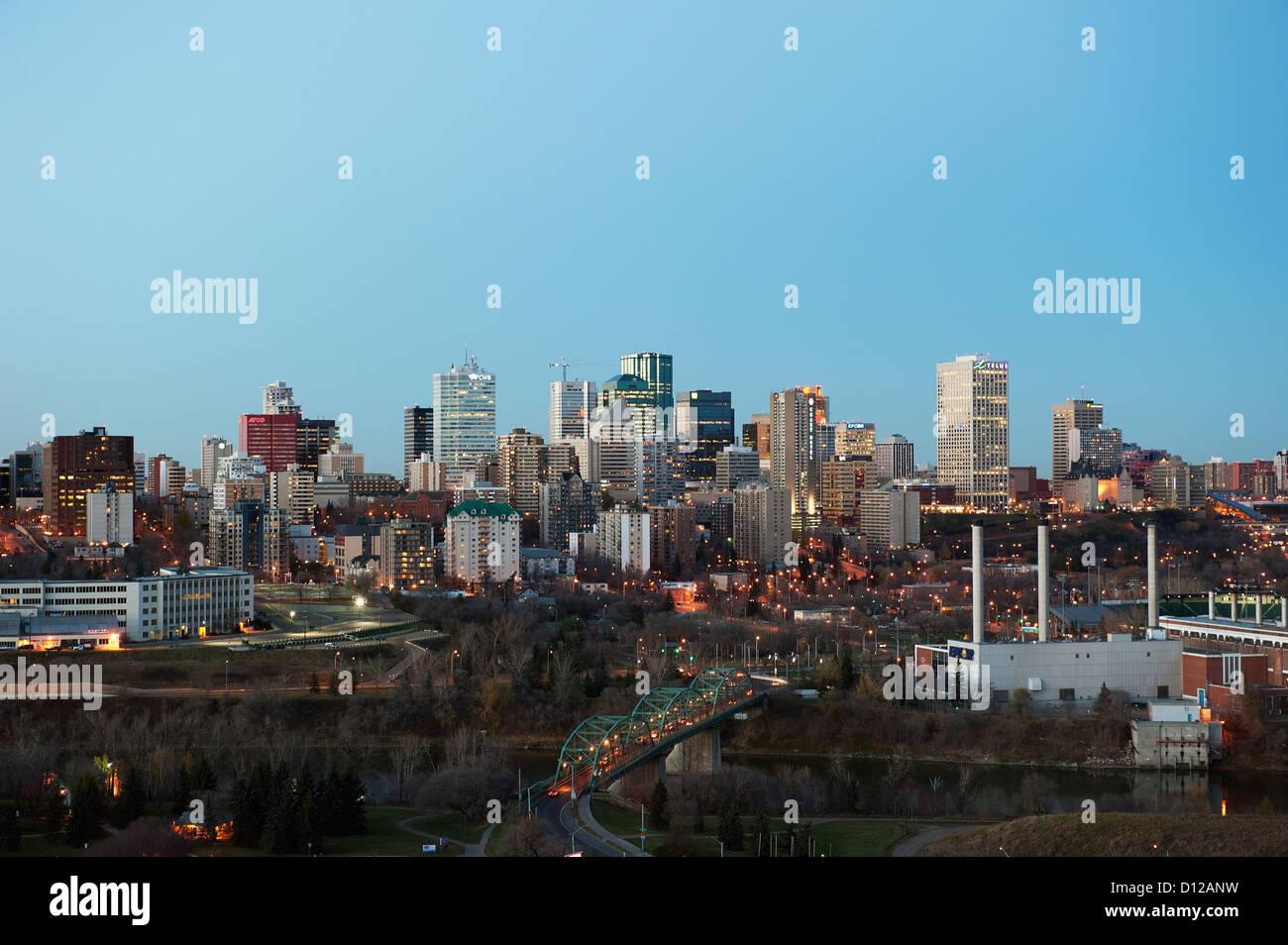Lichter beleuchten die Walterdale Brücke und Gebäude In Downtown Edmonton; Edmonton Alberta Kanada Stockfoto