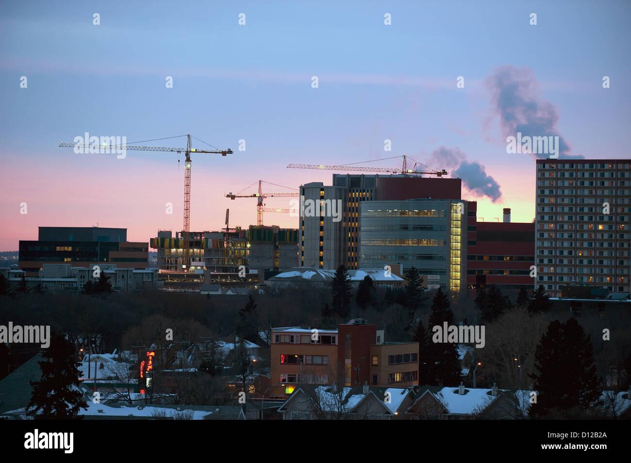 Gebäude und Kräne In der Skyline in der Abenddämmerung; Edmonton Alberta Kanada Stockfoto
