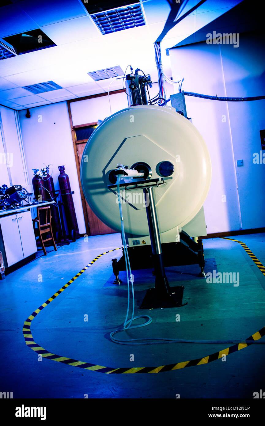 Kleinkaliber-Magnet-Resonanz-Tomographie (MRT) Scanner, in dem kleinen Subjekte gescannt werden. Stockbild