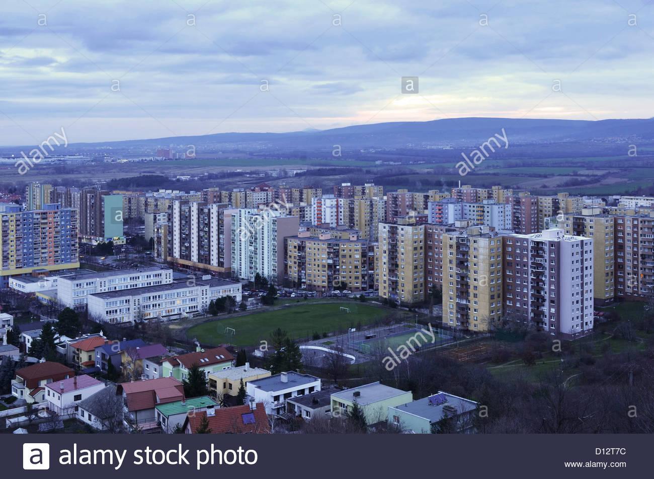 Devinska Nova Ves (Bezirk Bratislava) Slowakei sozialistische Wohnblocks trüben Wintertag. Stockbild