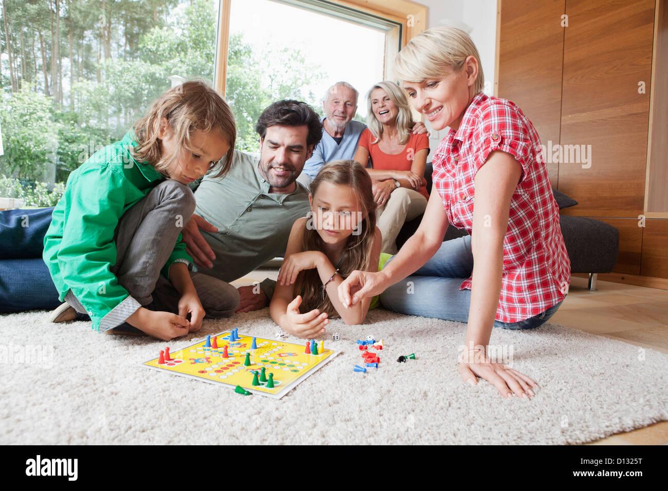 Deutschland, Bayern, Nürnberg, Familie spielen Brettspiel zusammen Stockbild